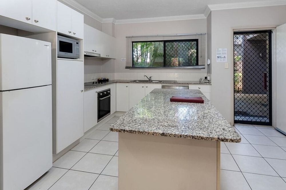 Kitchen of Deluxe Holiday Apartment in Getaway on Grafton Cairns corporate stays